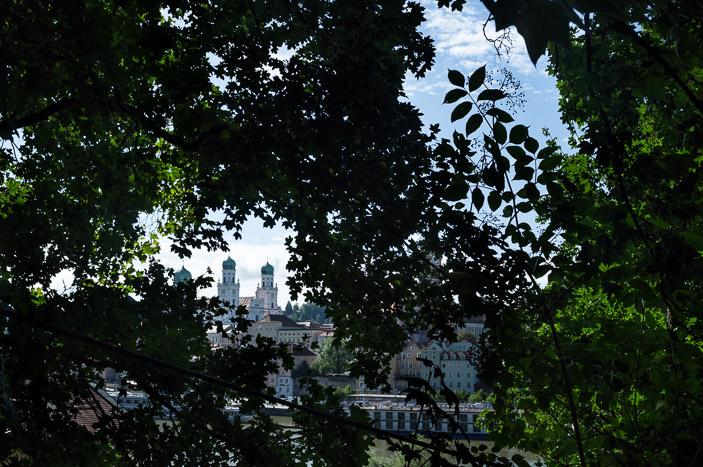 Montée vers la forteresse, Passau se laisse deviner à travers les arbres