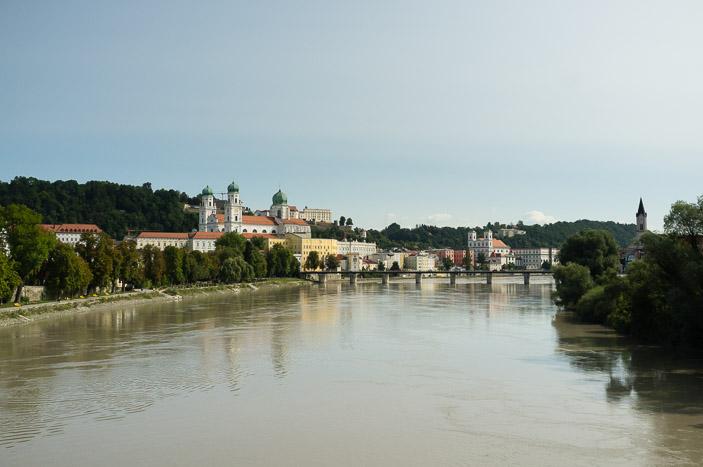 Depuis la passerelle piétone qui surplombe l'Inn, vue sur Passau