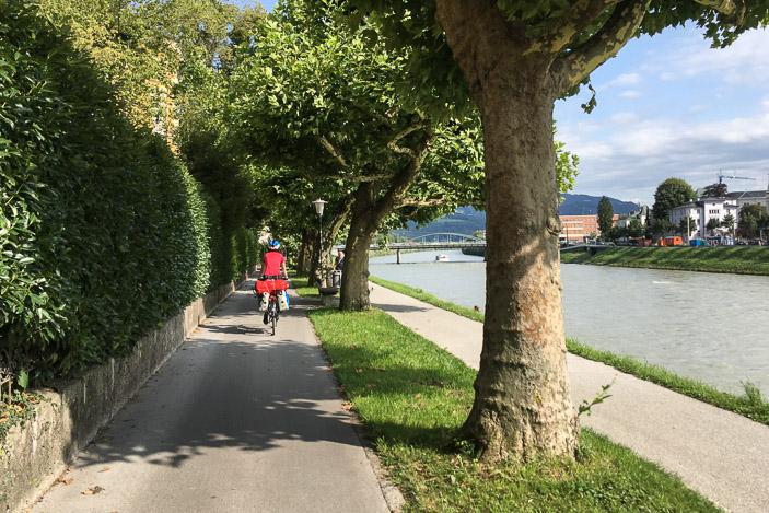 Le long de la Salzach, la piste cyclable à gauche, et la piste piétonne à droite