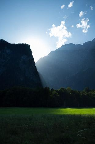 Le soleil se cache derrière la montagne