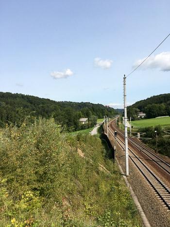 Notre chemin suit la voie de chemain de fer