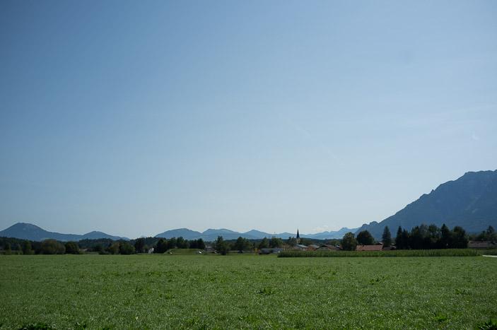 Village bavarois sur fond de collines